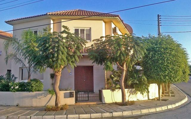4 bed villa with pergola and parking