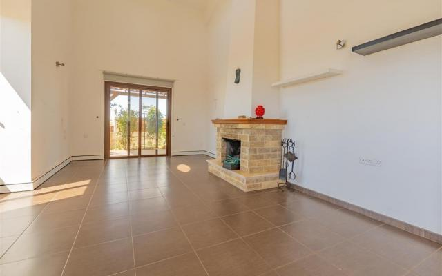 Large living area in 4 bed villa for sale in Liopetri