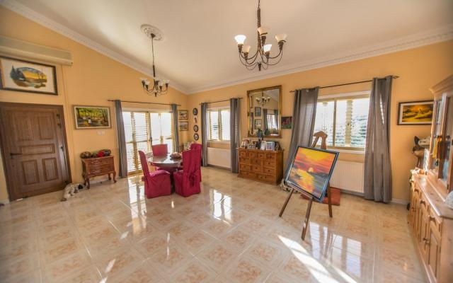 Large living area in 3 bed villa for sale in Achna