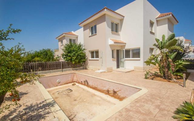 Villa with pool for sale in Paralimni