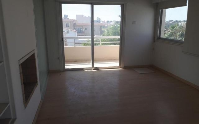 Large Living area in 3 bedroom apartment for sale